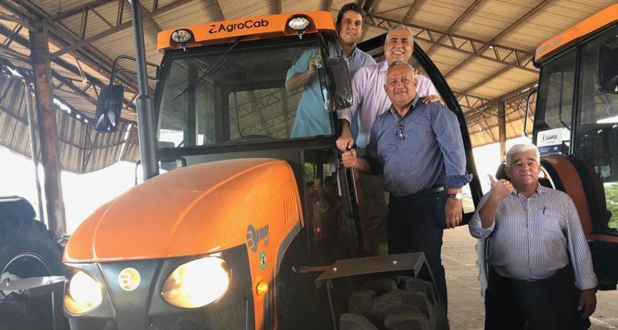 Verba pra compra dos tratores em Campos dos Goytacazes veio de emenda parlamentar do ex-deputado federal Paulo Feijó. Entrega foi feita pro Christino Áureo.