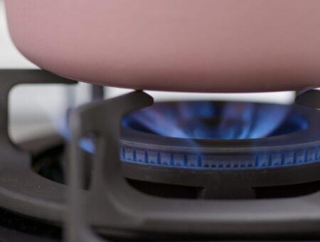 Relatado por Christino Áureo, Programa Gás Social, que garante acesso dos mais pobres ao gás de cozinha, é aprovado na Câmara